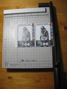 Cortando cartas con la guillotina de los todo a cien.