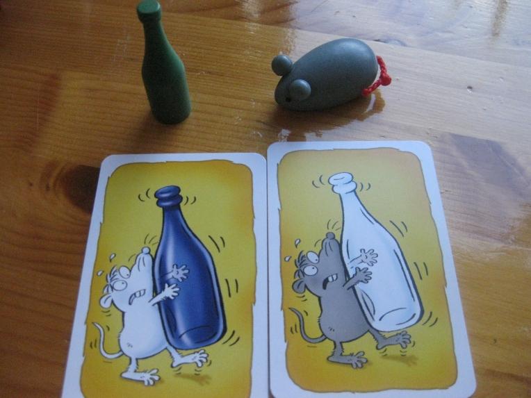 Si tenemos estos objetos, ¿qué objeto se coge en cada carta? En la izquierda el sillón rojo, en la derecha el ratón gris